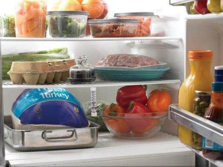 Правильно размещайте продукты в холодильнике