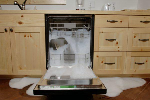 Течет посудомоечная машина — причины и способы устранения